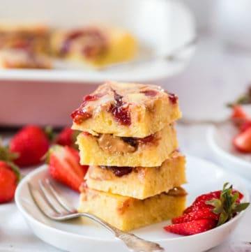 4 Stücke Ofenpfannkuchen gestapelt auf einem weißen Teller