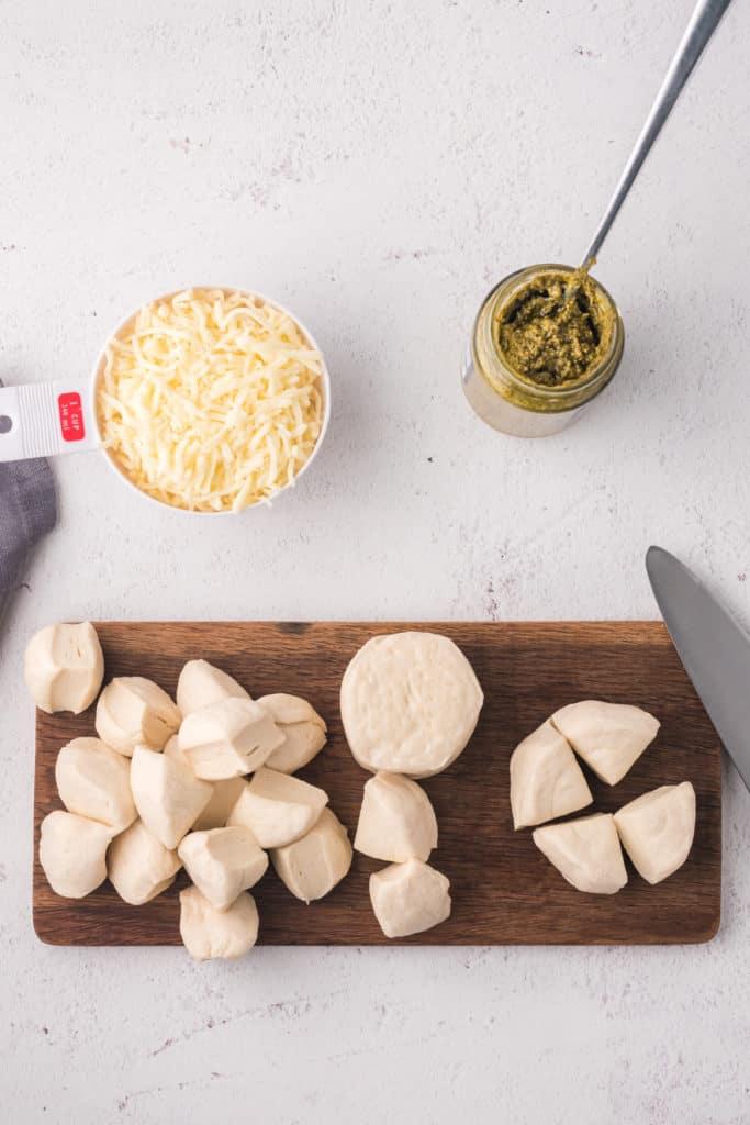 Erster Arbeitsschritt um das Zupfbrot zuzubereiten, Brötchen schneiden