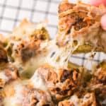 Pesto Monkeybread mit Käsefäden in Nahaufnahme