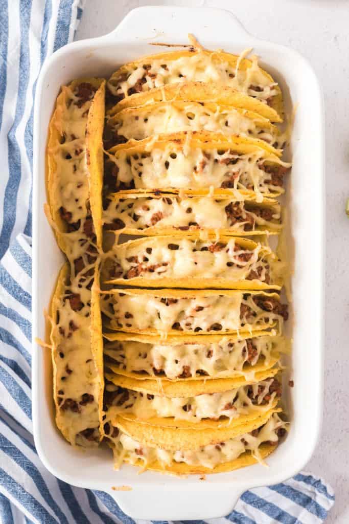 überbackene Tacos in einer weißen auflaufform von oben fotografiert