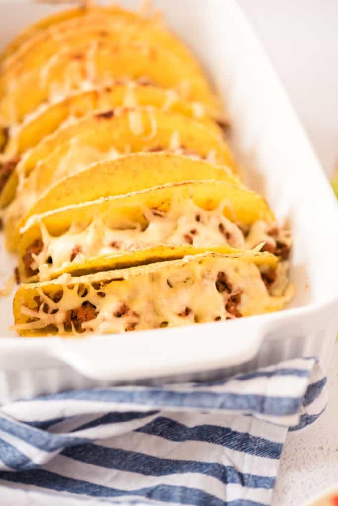 überbackene Tacos in weißer Auflaufform