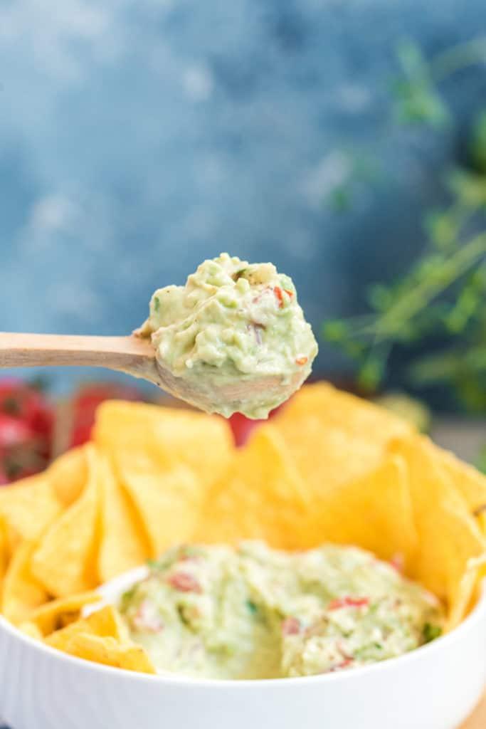 Avocado-Dip auf Löffel