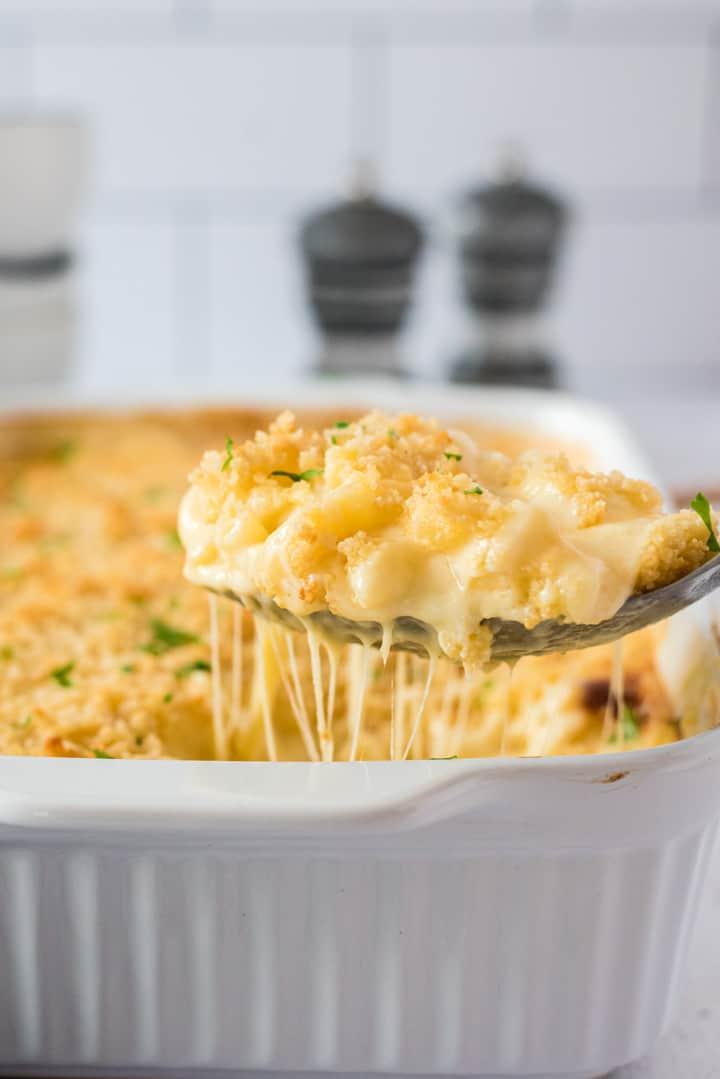 Ein Löffel mit Mac and Cheese und ziehendem Käse