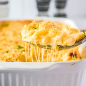 Mac and Cheese auf einem großen Löffel mit Käsefäden