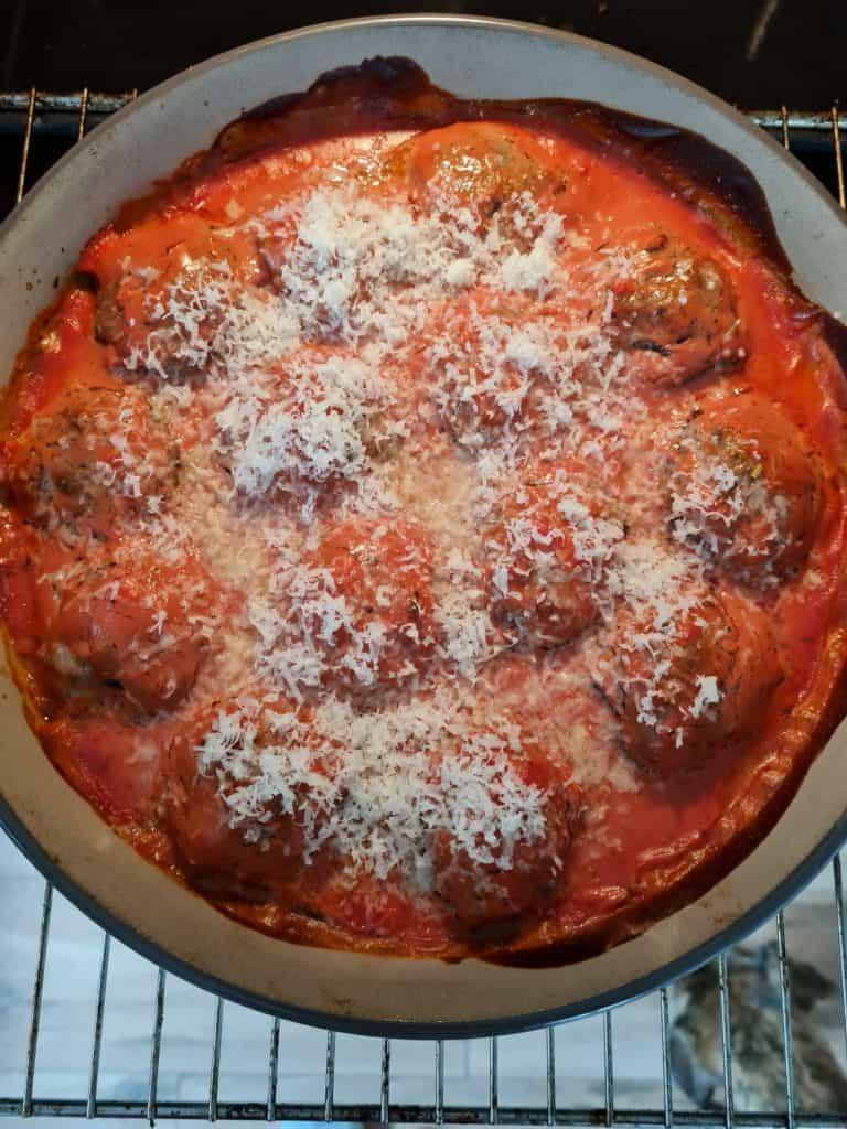 Hackbällchen mit Tomatensauce und Parmesan im Ofen