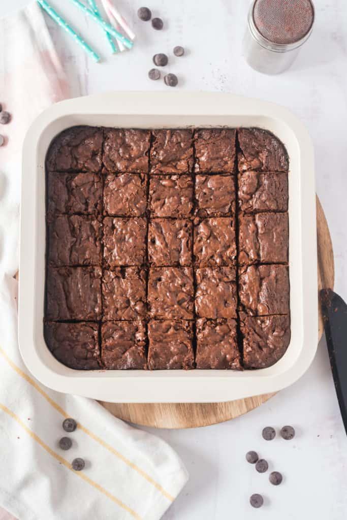 Brownies in Backform, geschnitten, von oben fotografiert