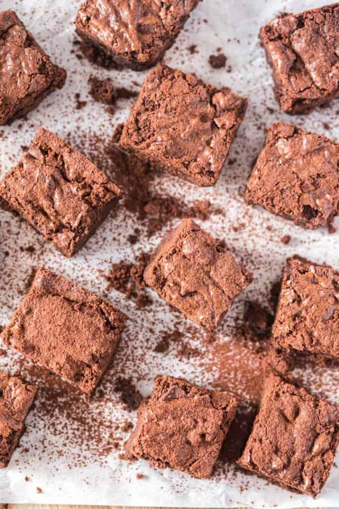 brownies auf weißem Backpapier von oben