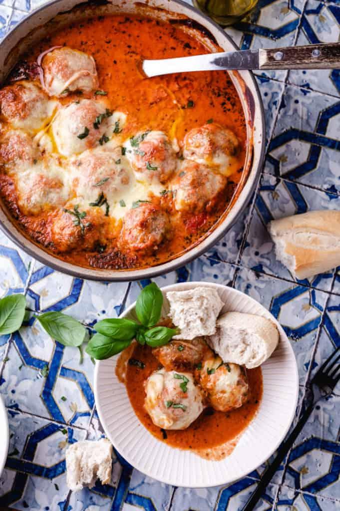 Toskana-Fleischbällchen in Auflauffform und 2 Bällchen in Schüssel