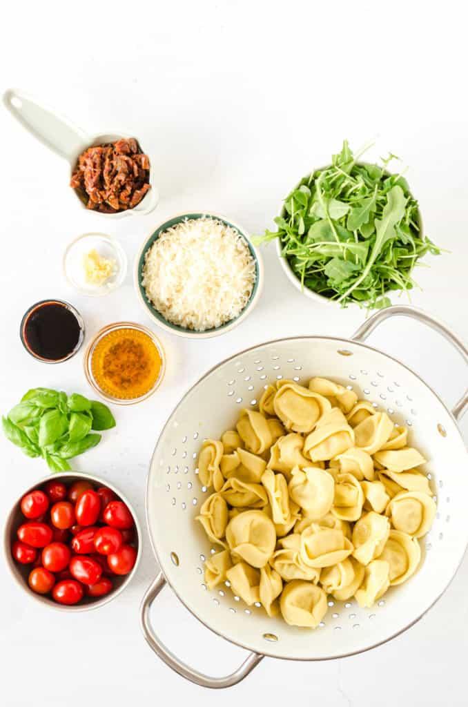 Zutaten für den Tortellini-Salat von oben fotografiert