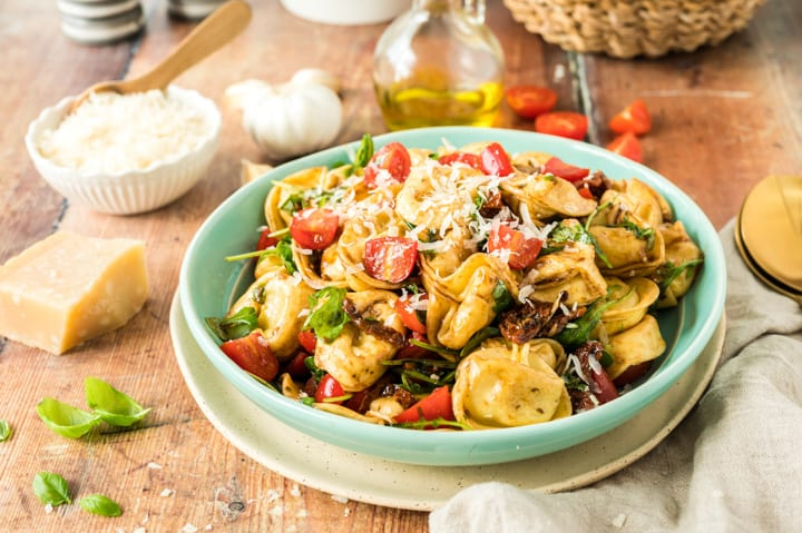 Tortellini-Salat in türkisfarbener Schale