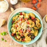 Tortellini-Salat mit frischem Parmesan von oben fotografiert