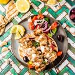 Souvlaki auf Pita mit griechischem Salat