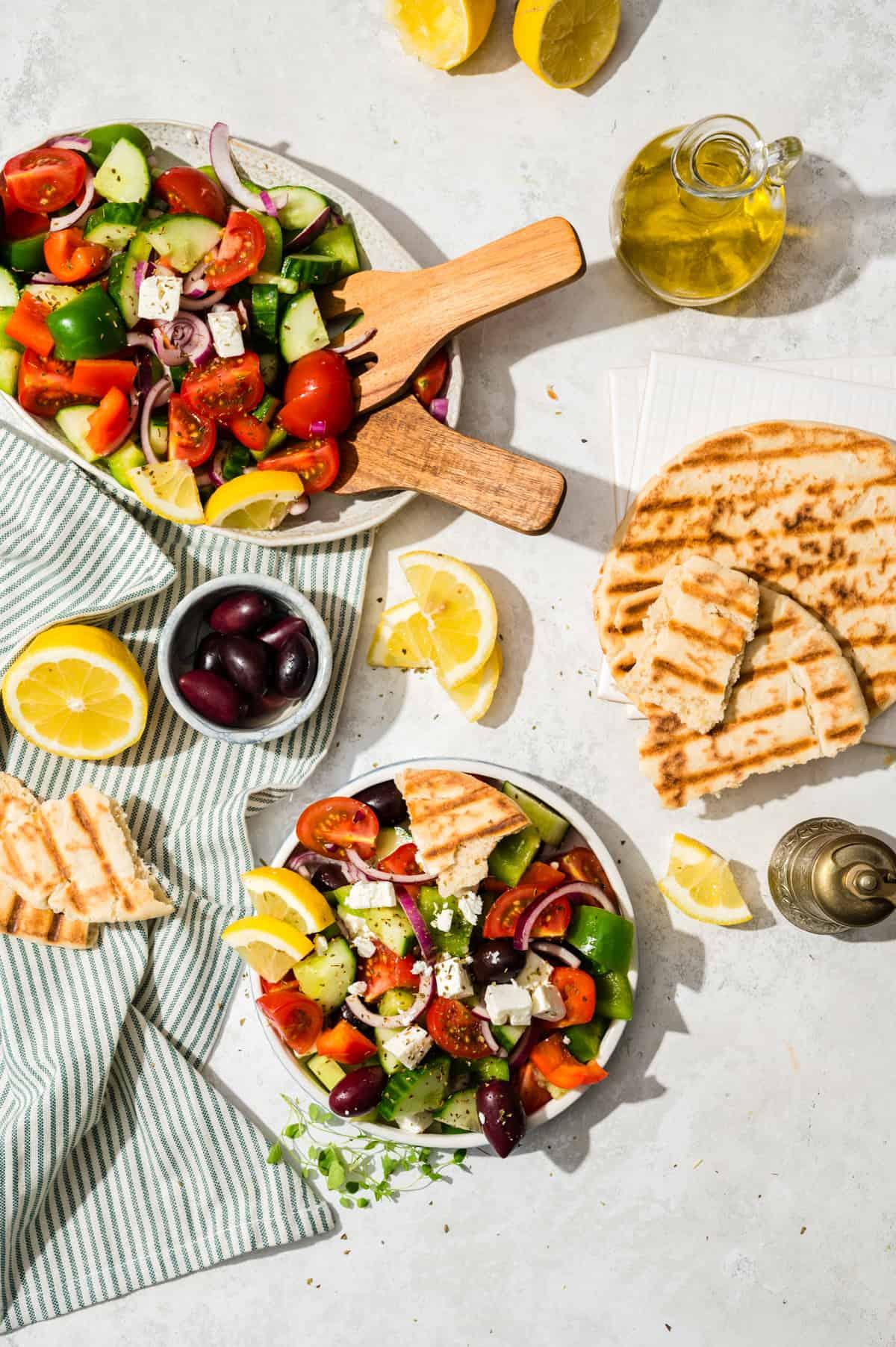 Bauernsalat in Schüssel und auf Teller von oben