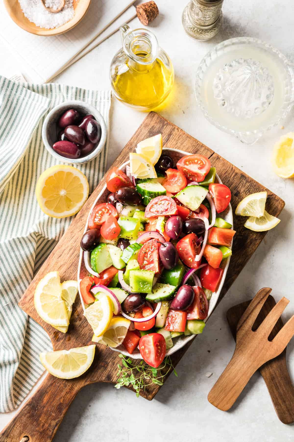 Griechischer Bauernsalat in ovaler heller schale von oben