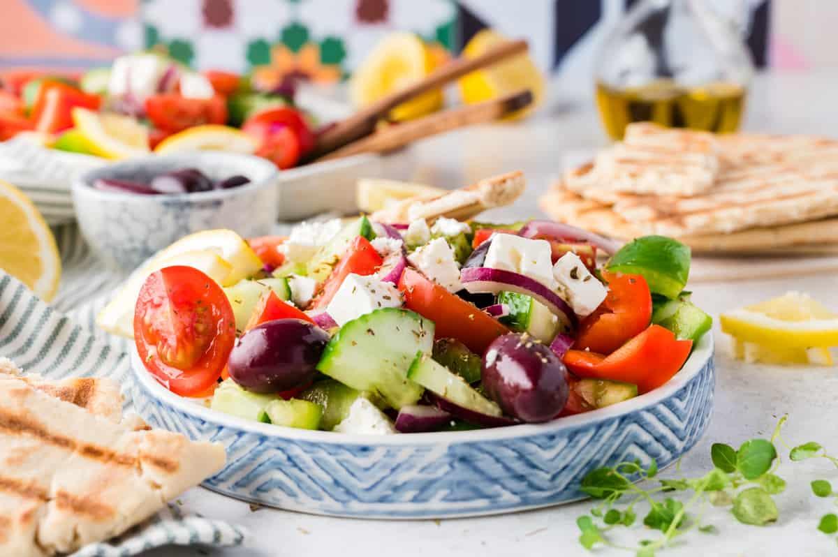 Griechischer Salat auf Teller mit blauem Rand