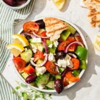 Griechischer Salat auf weißem Teller von oben