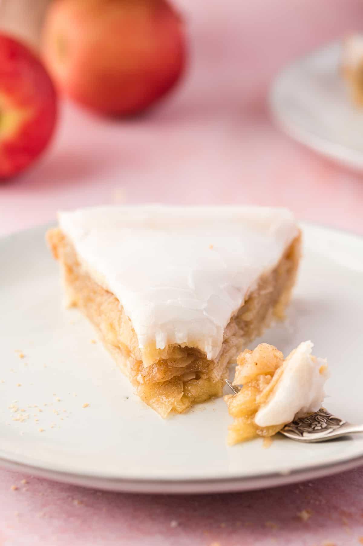 Nahaufnahme von Apfelkuchen auf weißem Teller mit Gabel