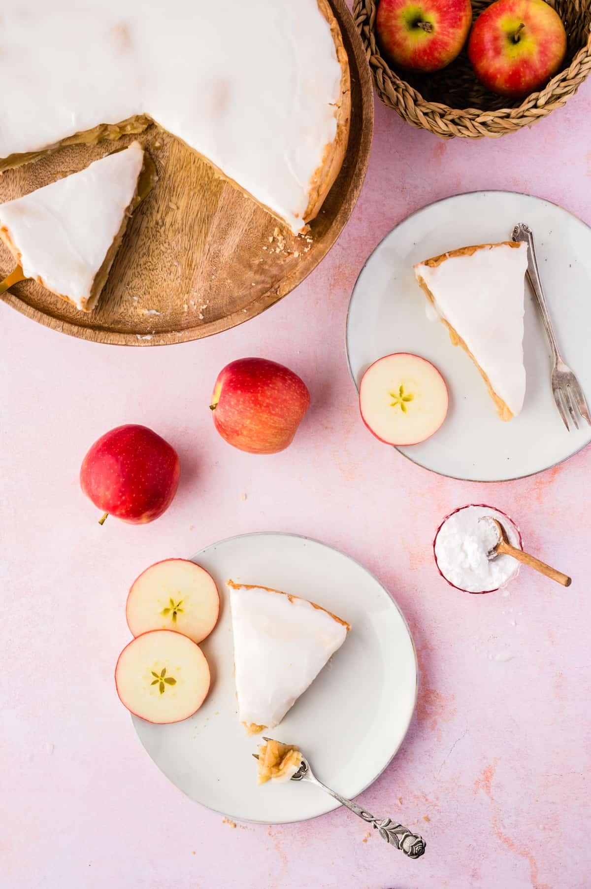 Apfelkuchen auf 2 Tellern und Tortenplatte von oben