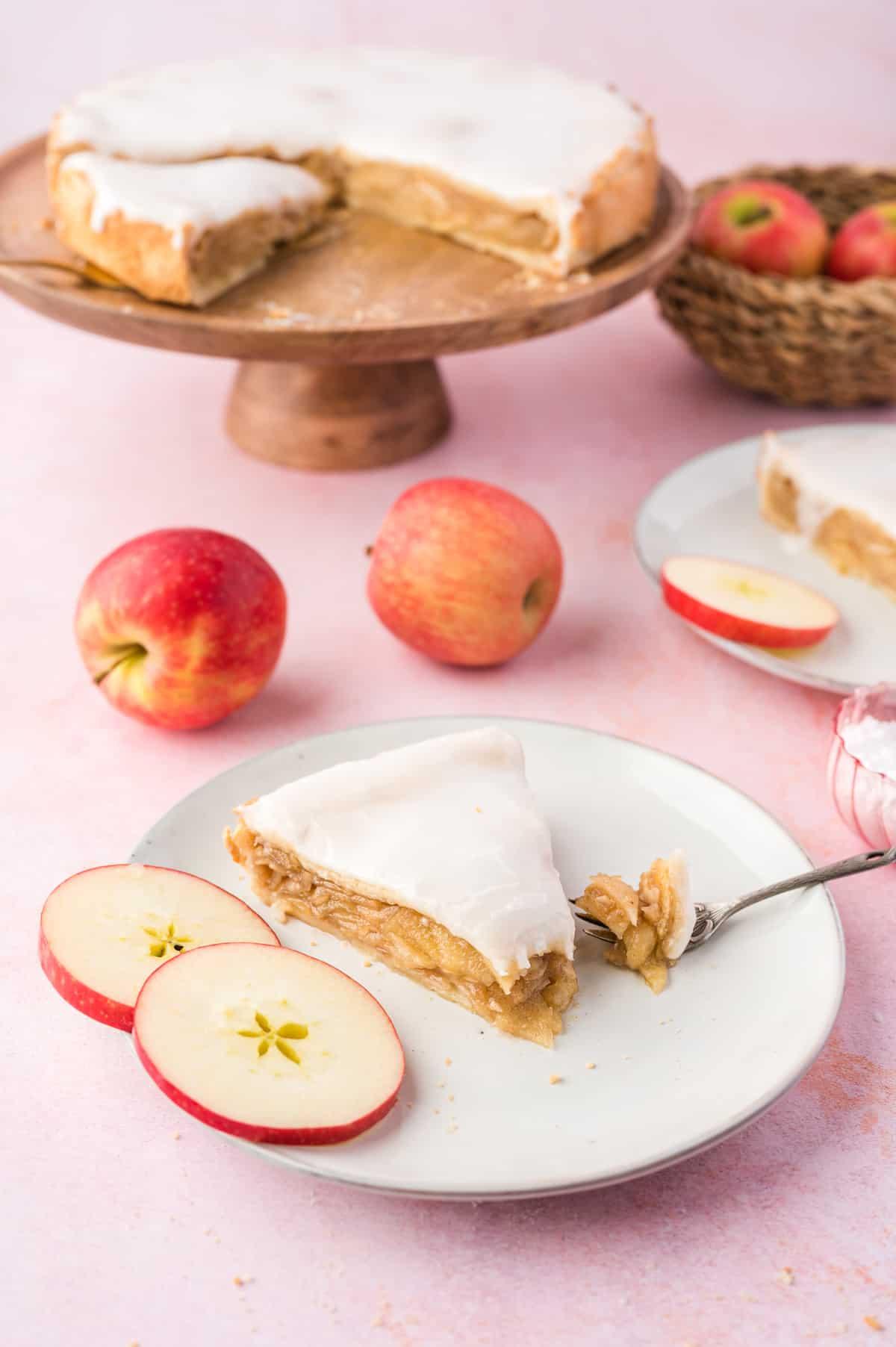 Gedeckter Apfelkuchen auf weißem Teller