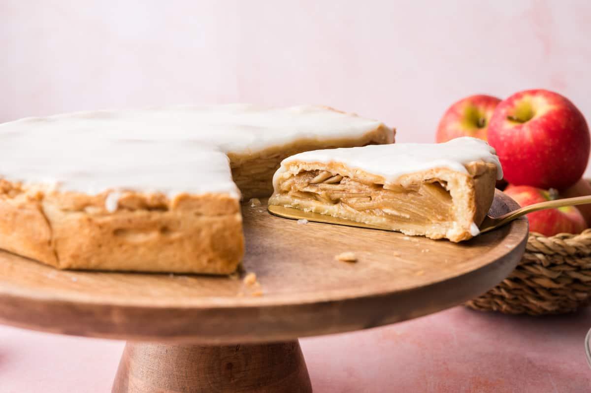 gedeckter Apfelkuchen auf einem Holztortenständer