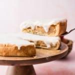 Gedeckter Apfelkuchen auf Tortenheber