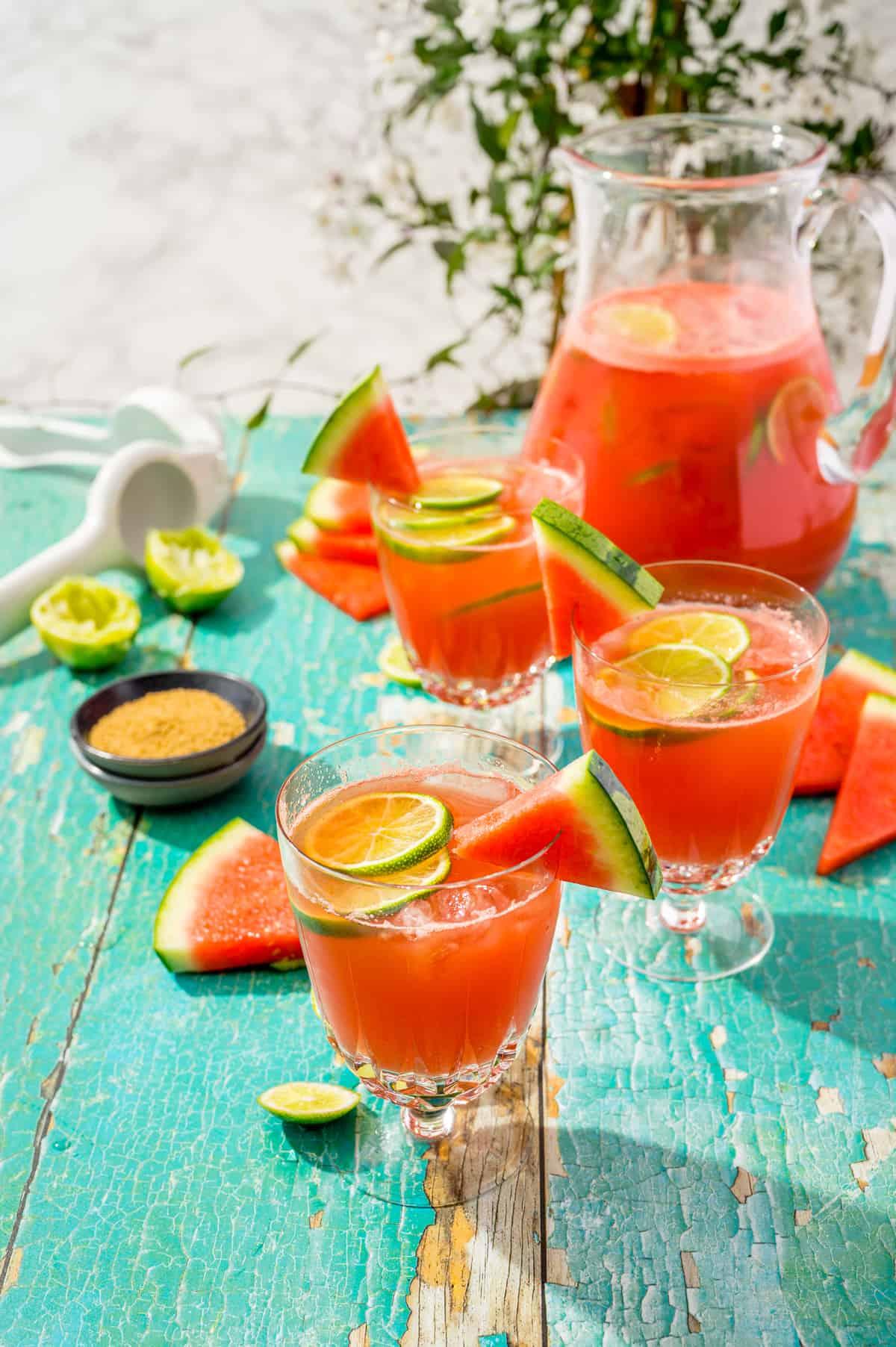 Wassermelonen-Cocktail in drei Gläsern auf Sonnigem Tisch