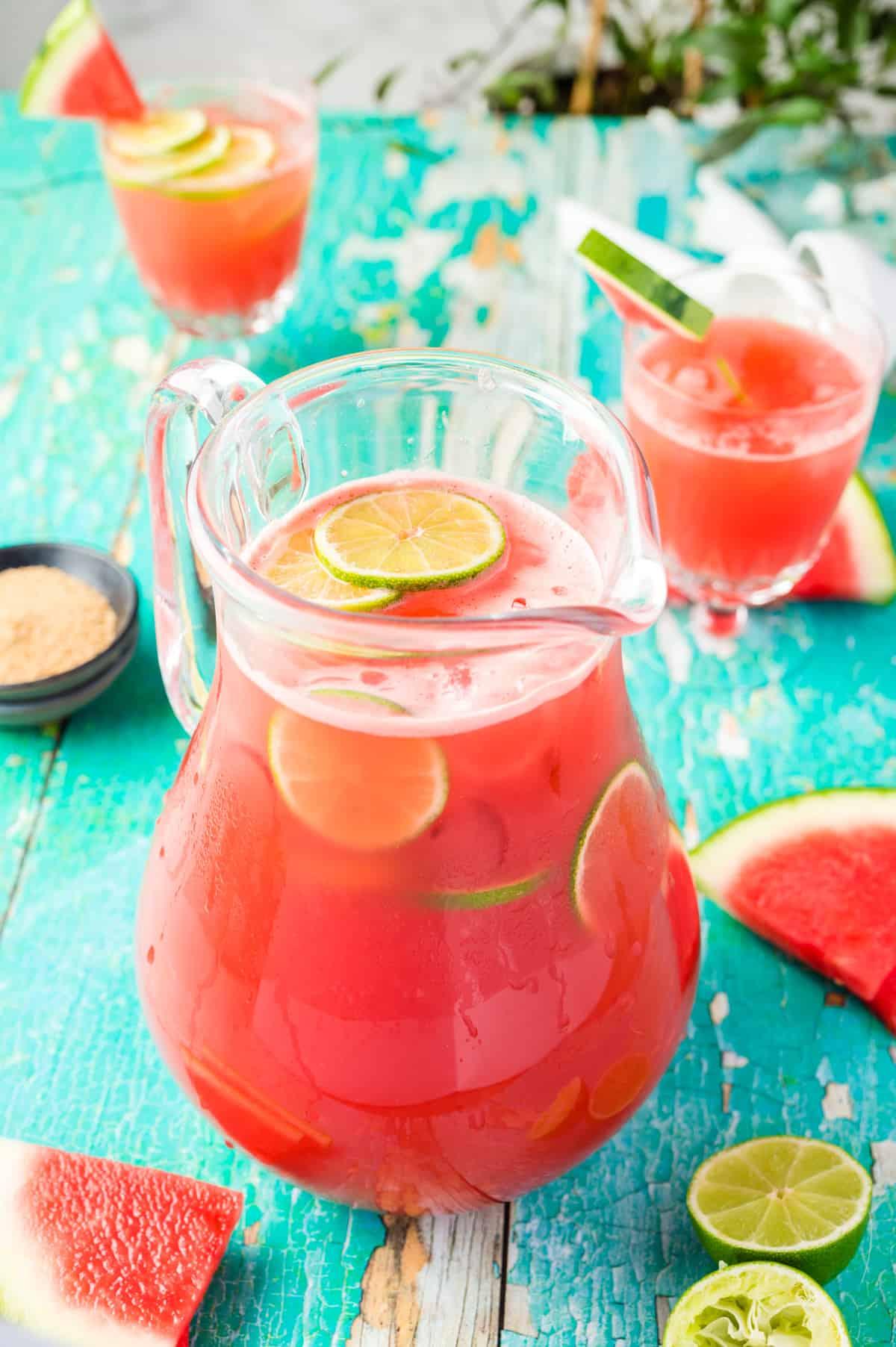Wassermelonen-Gin-Cocktail im Krug