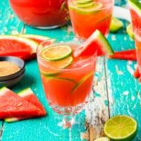 Wassermelonen-Gin-Cocktail im Glas mit Limetten-Deko