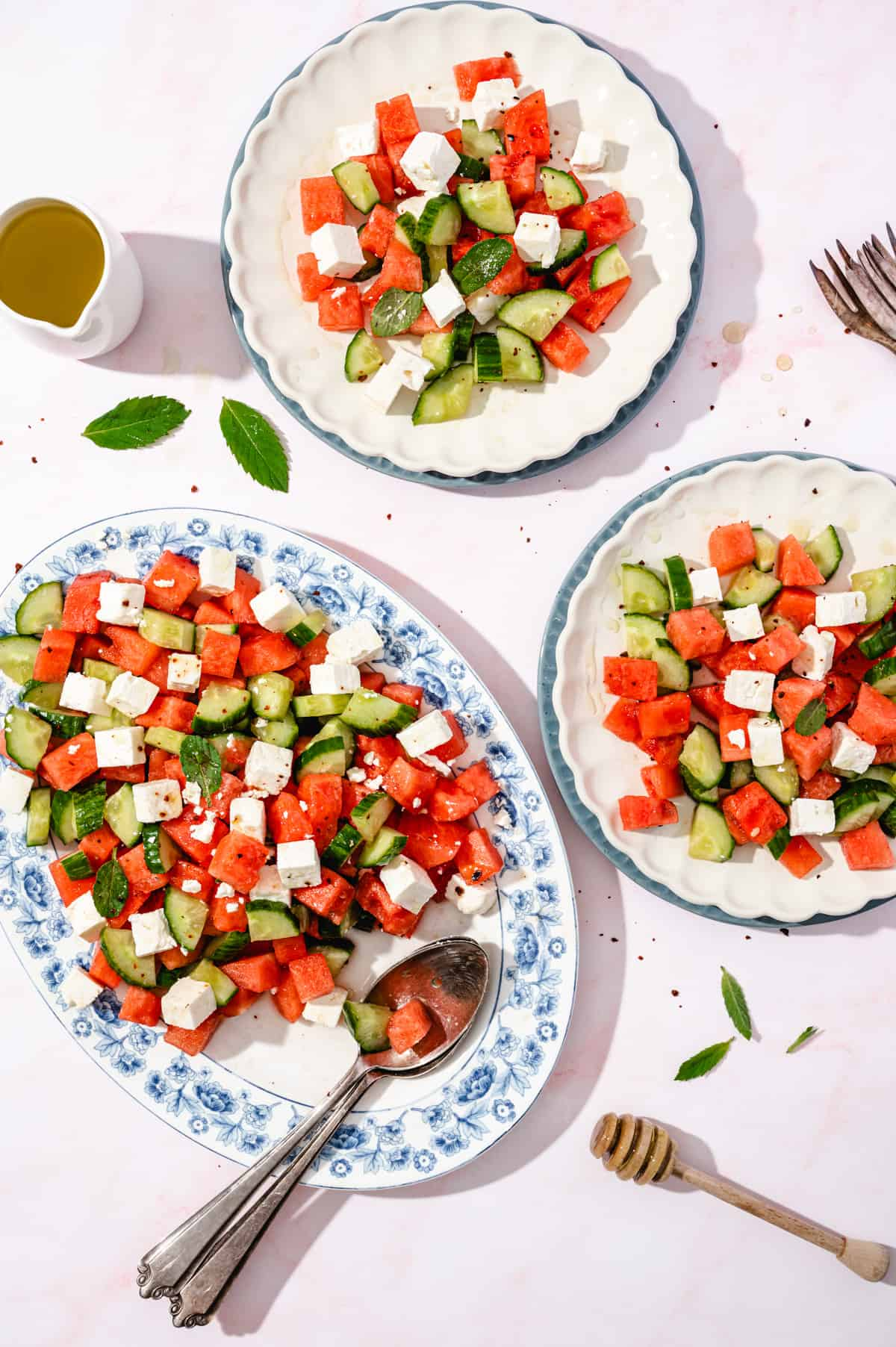 Wassermelonensalat auf ovaler Platte und auf 2 Tellern, von oben