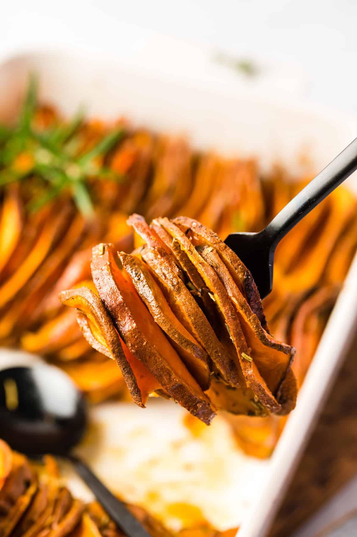 Gebackene Süßkartoffeln auf Löffel in Nahaufnahme