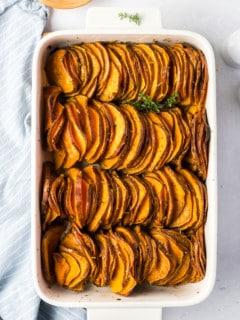 Gebackene Süßkartoffeln in weißer Auflaufform von oben