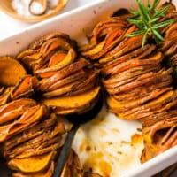 gebackene Süßkartoffeln in weißer Auflaufform